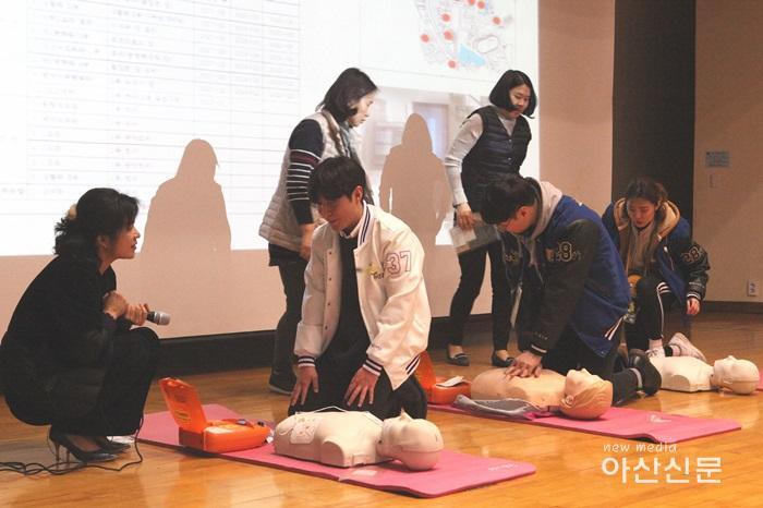 호서대 학생회 간부 심폐소생술 실습장면 1.jpg