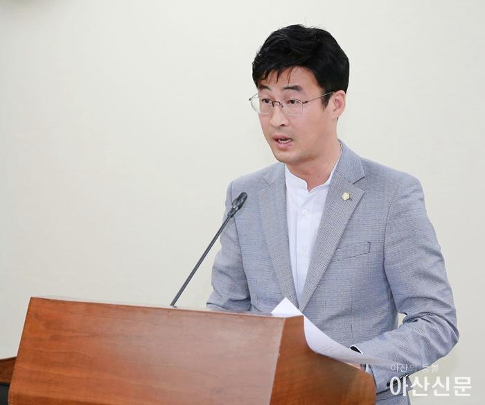 안정근 의원이 「아산시 농업기계화 촉진에 관한 조례안」에 대하여 기획행정위원회에서 조례 취지를 설명하고 있다.JPG