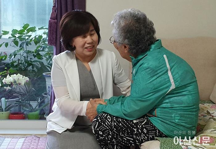 김영애 의장이 어르신과 함께 말벗과 애로사항을 청취하고 있다..jpg