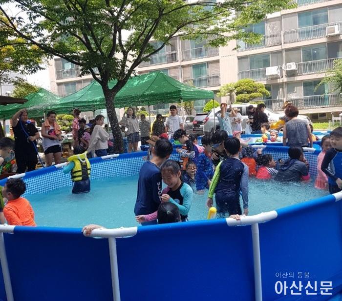 10 온양1동 경남아너스빌아파트, 물놀이 및 물품나눔 행사 개최.jpg
