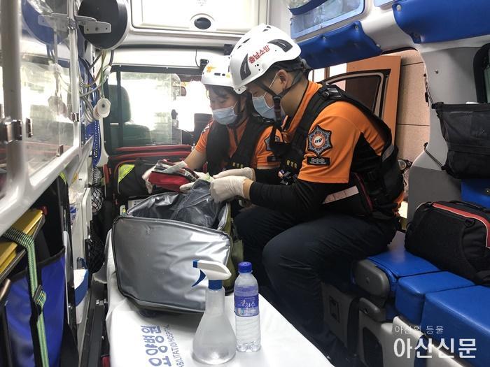 관련사진_폭염장비를 정비하고있는 구급대원.jpg
