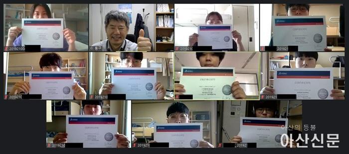 사진 1. CSWP 시험 합격자들이 온라인으로 합격증을 선보이고 있다.jpg